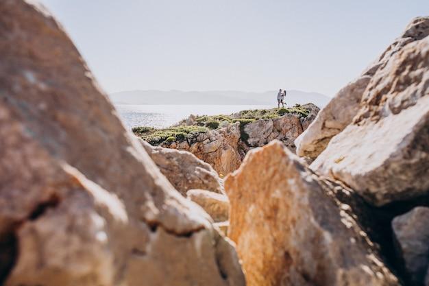 Junge paare auf flitterwochen in griechenland in den bergen