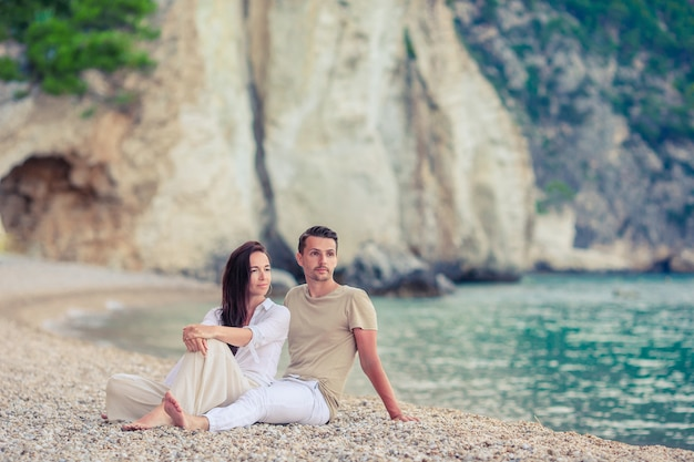 Junge paare auf weißem strand an den sommerferien