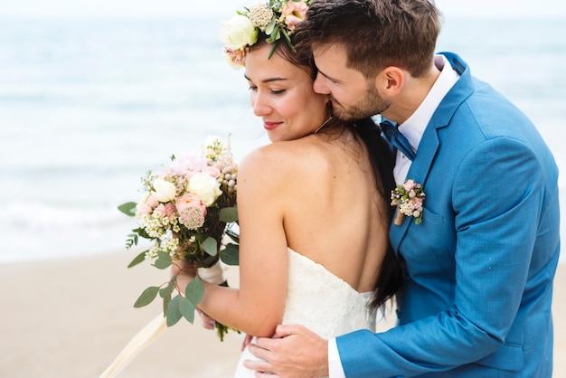 Junge paare, die am strand heiraten