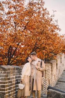 Junge paare, die an der chinesischen mauer küssen