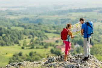 Junge Paare, die auf dem Berg wandern