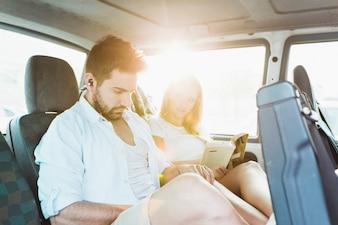 Junge Paare, die auf Rücksitz reisen