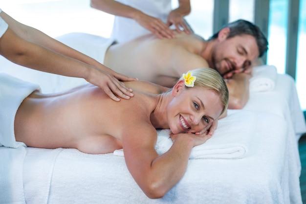 Junge paare, die eine rückenmassage vom masseur erhalten