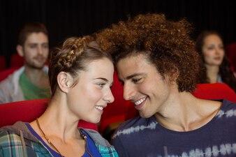 Junge Paare, die einen Film im Kino aufpassen