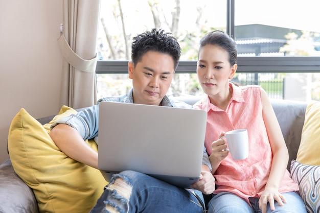 Junge paare, die einen laptop verwenden