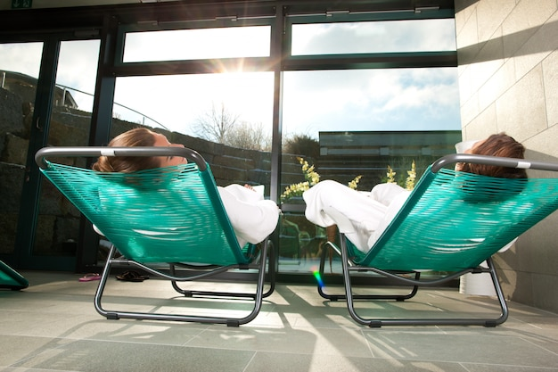 Junge paare, die im wellnessbadekurort sich entspannen
