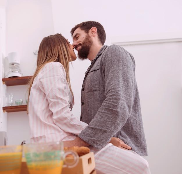 Junge paare, die in der küche küssen
