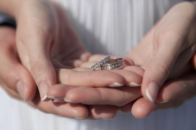 Junge paare flitterwochen auf der romantischsten insel santorini, griechenland