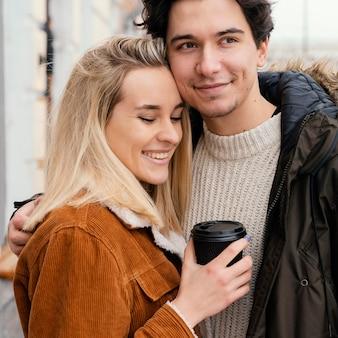 Junge paare im freien, die tasse kaffee genießen