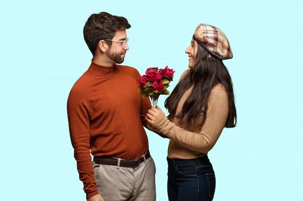 Junge paare im valentinsgrußtag auf der seite, die zur front schaut