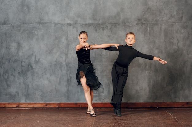 Junge paare jungen und mädchen tanzen im gesellschaftstanz jive