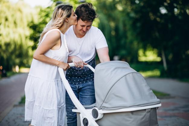 Junge paare mit ihrer babytochter im park