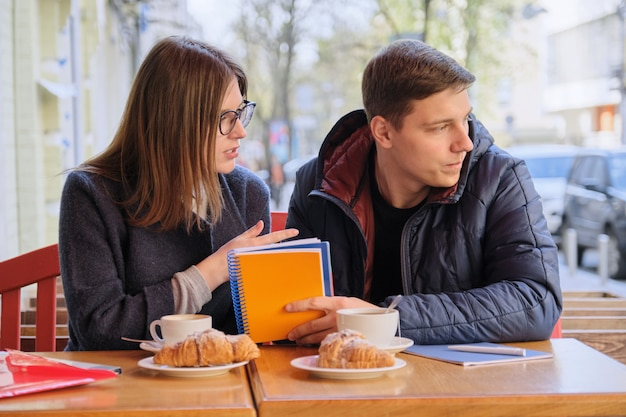 Junge paare von studenten studieren café im im freien