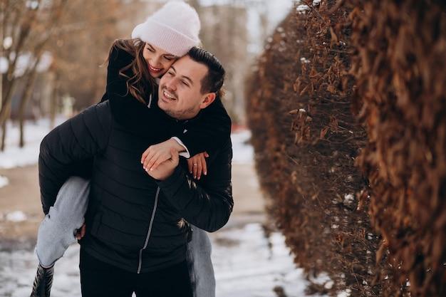 Junge paare zusammen in einem winterpark am valentinstag