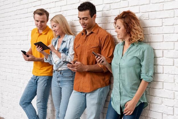 Junge paare zusammen mit smartphones
