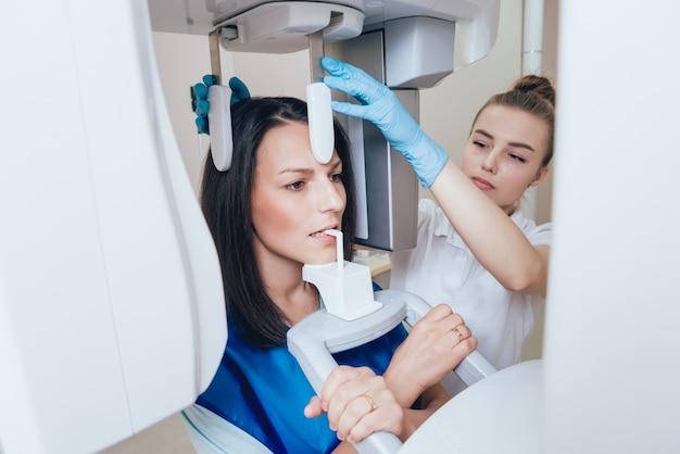 Junge patientin, die im röntgengerät steht.