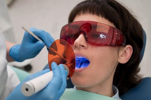 Junge patientin mit zahnbehandlung beim kieferorthopäden