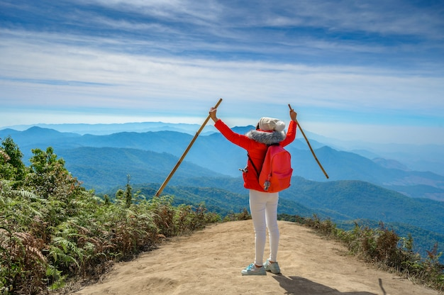 Junge person, die auf einem hügel in doi inthanon, chiang mai, thailand geht
