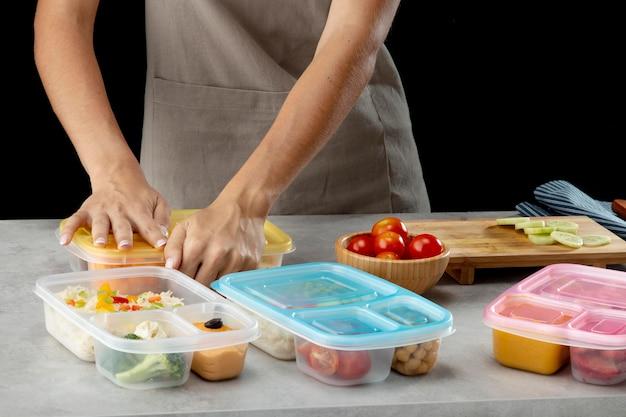 Junge person, die batch-kochen mit gesundem essen übt
