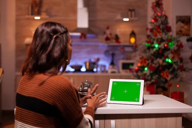 Junge person, die greenscreen-technologie auf tablet sieht