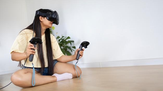 Junge person, die videospiele mit vr-brille spielt