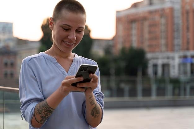 Junge person mit weniger fingern, die ihr telefon halten
