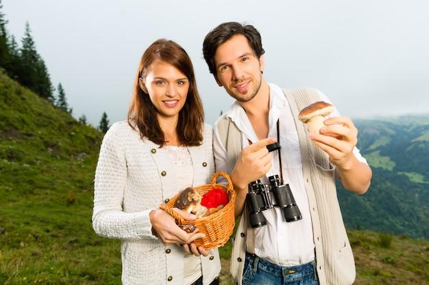 Junge pilzsammler in den bayerischen alpen