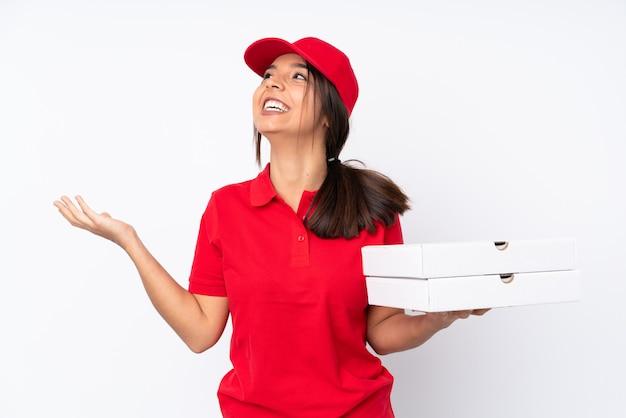 Junge pizza lieferfrau über weiß viel lächelnd