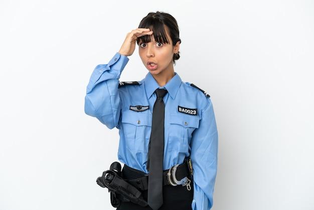 Junge polizei gemischte rasse frau isoliert hintergrund macht überraschungsgeste beim blick zur seite