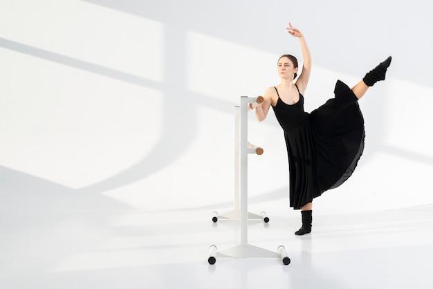 Junge professionelle frau, die mit anmut tanzt