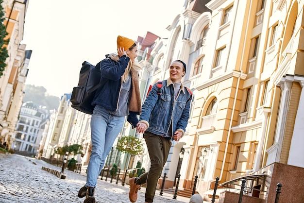 Junge reiseblogger gehen durch die altstadt