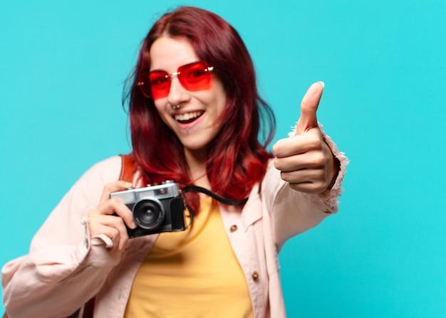 Junge reisende frau mit weinlesekamera