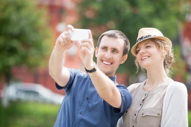 Junge reisende paar machen selfie während übersee reise