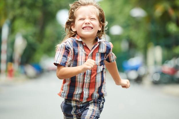 Junge rennt schnell