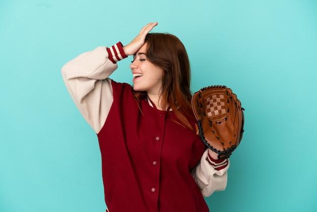 Junge rothaarige frau, die baseball isoliert auf blauem hintergrund spielt, hat etwas erkannt und beabsichtigt die lösung