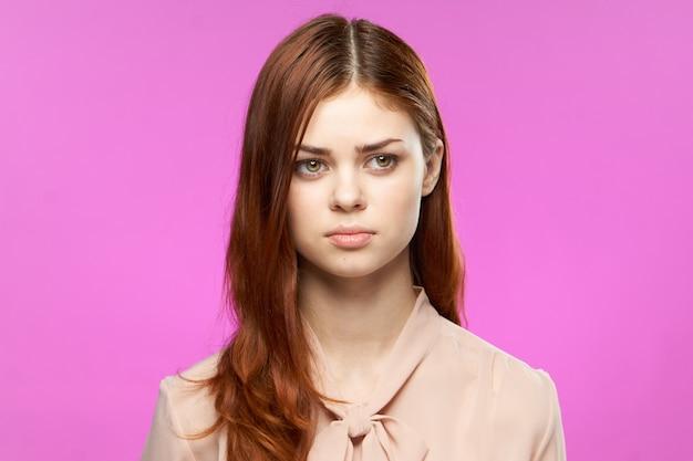 Junge rothaarige frau mit natürlichem make-up posiert