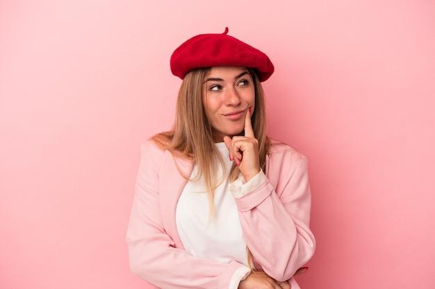 Junge russische frau einzeln auf rosafarbenem hintergrund feiert sieg, leidenschaft und begeisterung, glücklichen ausdruck.