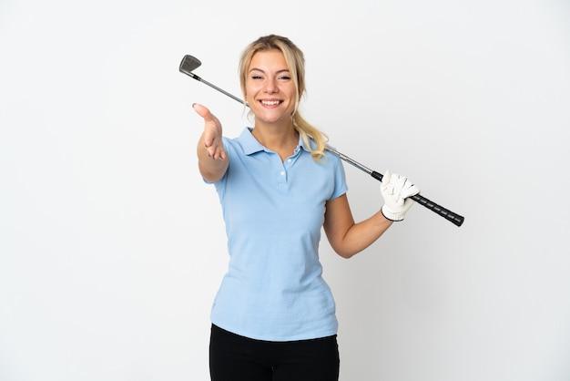 Junge russische golfspielerin isoliert auf weißem hintergrund beim händeschütteln für ein gutes geschäft