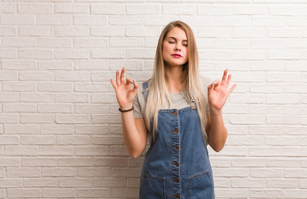 Junge russische hipsterfrau, die yoga durchführt