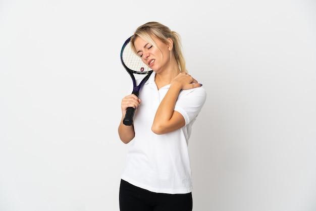 Junge russische tennisspielerin isoliert auf weißem hintergrund, der unter schmerzen in der schulter leidet, weil sie sich bemüht hat