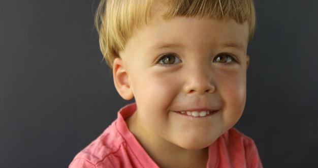 Junge schaut in die kamera und lächelt