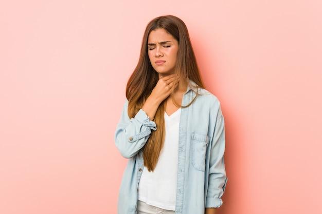 Junge schlanke frau leidet an halsschmerzen aufgrund eines virus oder einer infektion.