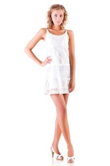 Junge schlanke schöne blonde frau im weißen sexy minikleid