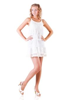 Junge schlanke schöne blonde frau mit lockigem haar im weißen sexy minikleid