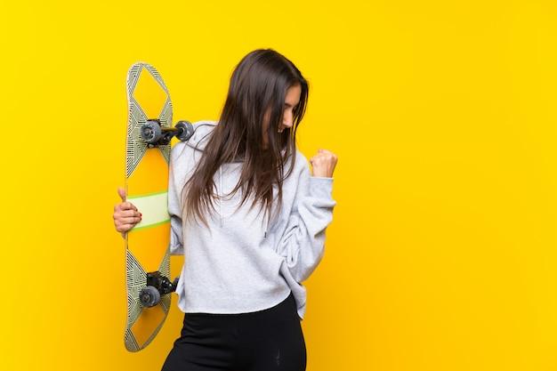 Junge schlittschuhläuferfrau, die einen sieg feiert