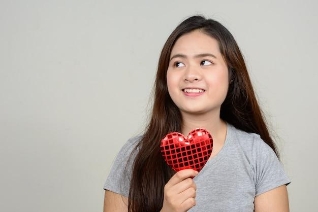 Junge schöne asiatische frau gegen leerraum