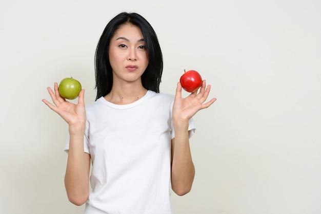 Junge schöne asiatische frau isoliert