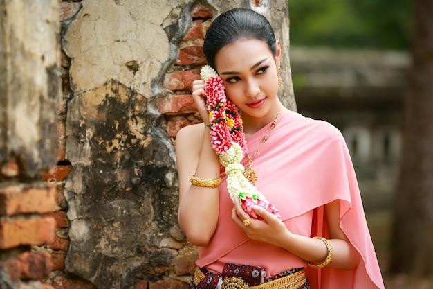 Junge schöne asiatische frauen im thailändischen trachtenkleid