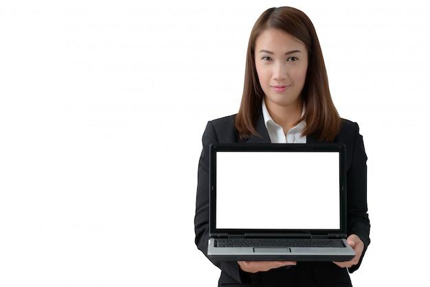 Junge schöne asiatische geschäftsfrau, die laptop mit leerem bildschirm hält
