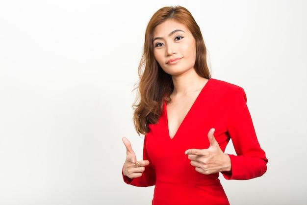 Junge schöne asiatische geschäftsfrau gegen leerraum